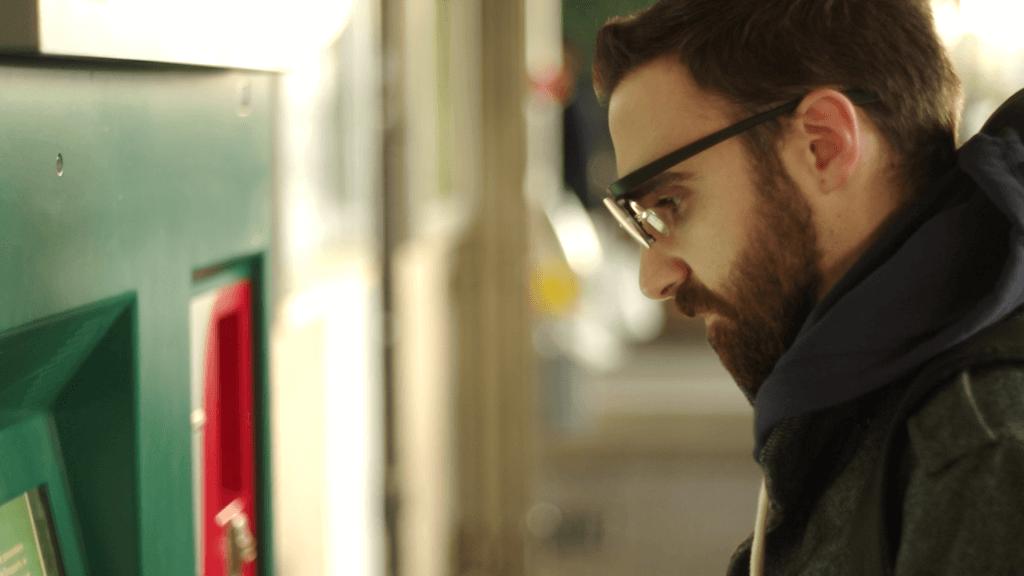 utente che indossa tobii glasses pro